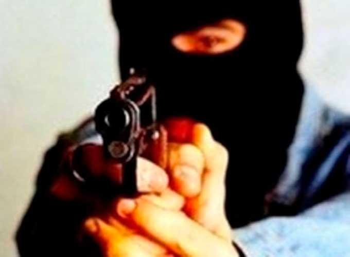 група чоловіків, озброєних травматичними пістолетами, знаходячись на автодорозі «Стрий-Тернопіль-Кіровоград-Знам'янка», поблизу одного із сіл Уманського р-ну Черкаської області, погрожуючи застосуванням зброї відносно семи потерпілих, при чому внаслідок застосування вказаної зброї завдали вогнепальних поранень трьом із них