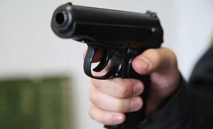 Біля черкаського ресторану охоронець погрожував чоловіку зброєю