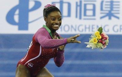 Чемпионка мира по гимнастике сбежала с пьедестала из-за пчелы