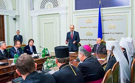Яценюк закликає церкву вплинути на ситуацію на Донбасі