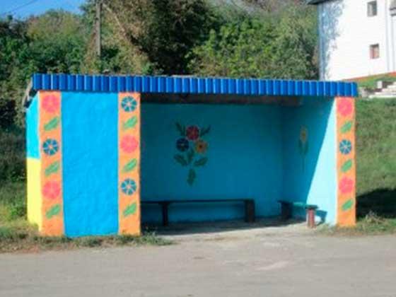 У Черкаському районі фарбують зупинки в національні кольори