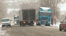 У снігових заметах застрягло більше сотні машин