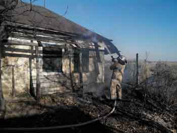 У Кам'янському районі із-за підпала трави ледь не згорів житловий будинок