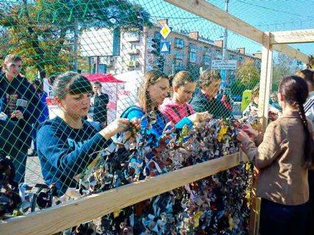 У Черкасах усім містом плели маскувальну сітку для захисників Донецького аеропорту