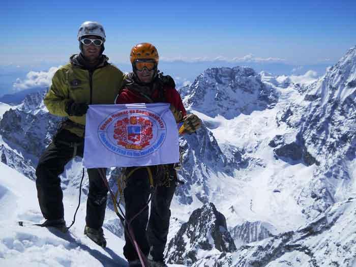 Прапор Черкас тепер на горі Лангшиса у Непалі