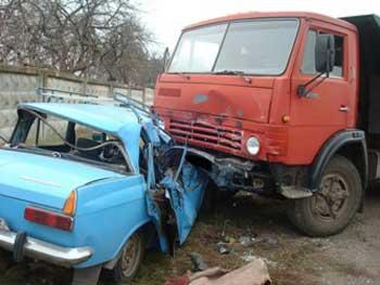 КАМАЗ розтрощив ІЖ-412, двоє загинуло (фото)