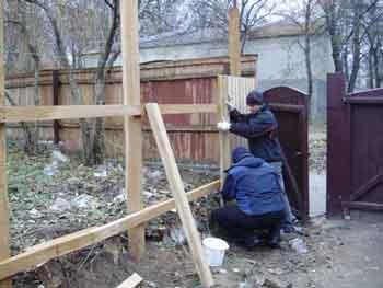 У Звенигородці у школі відновили паркан, а біля райради посадили ялинки