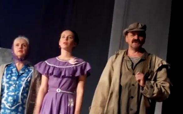 Актори черкаського драмтеатру нестандартно привітали військових зі святом (відео)