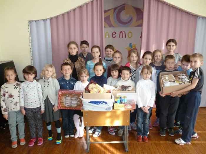 Діти передали прикордонникам солодощі, малюнки та сітку