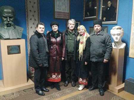 У книзі відгуків лисянського музею Ющенко намалював хату