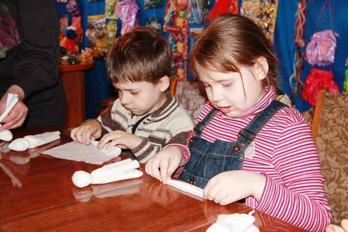 Діти вчилися своїми руками виготовляти ляльку-мотанку на подарунок мамі