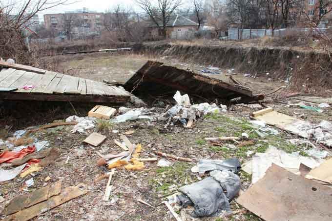 На місці котловану по вул. Пастерівській, 1 утворюють стихійне сміттєзвалище