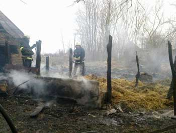 Від підпаленої трави на Черкащині горять будівлі