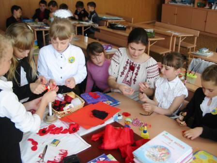 У Чигирині пройшли майстер-класи з виготовлення маків до 70-тої річниці Перемоги над нацизмом