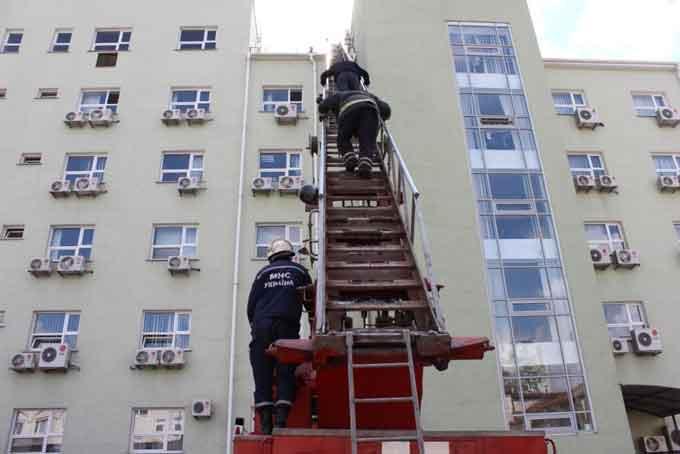 Рятувальники разом з енергетиками навчалися ліквідовувати умовну пожежу (відео)
