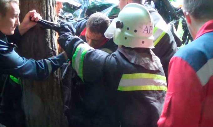 Рятувальники деблокували постраждалих із автомобіля, один пасажир загинув (відео)