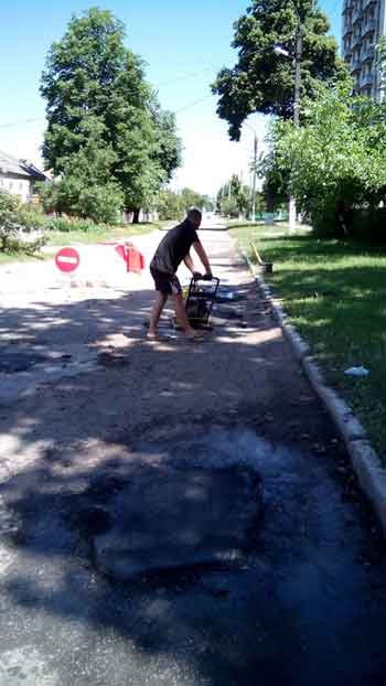 Скоро вибори: депутат за власний кошт ремонтує дорогу