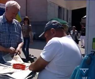 Пресу черкасцям уже десять років продає газетяр без рук (відео)