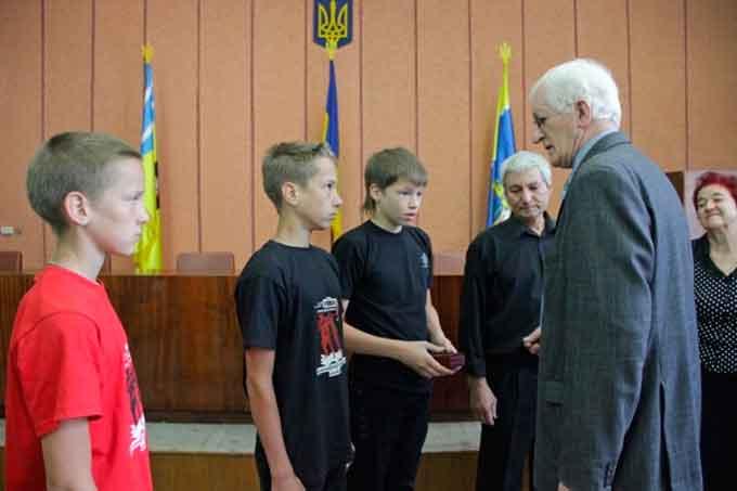 Родина загиблого канівського «кіборга» Анатолія Чупилки отримала нагороду сина та батька