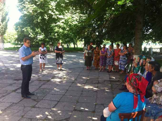 Селяни на Черкащині попросили народного депутата приїхати до них разом із Президентом