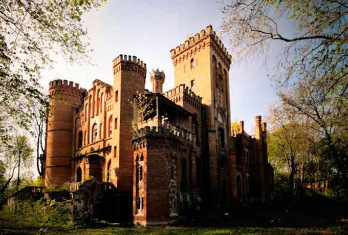 В селе Леськово Монастырищенского района находится уникальный для Украины памятник архитектуры 19 века - дворец польского магната Тадеуша Даховского