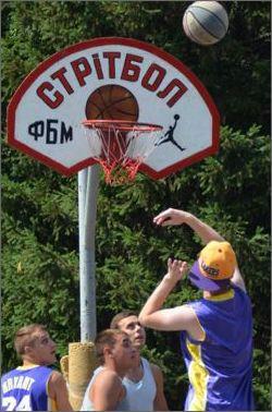 Під час турніру із стритболу м'яч ділили за допомогою кулаків