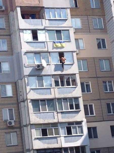 Черкащанина 20 хвилин вмовляли не стрибати з балкону сьомого поверху (фото)