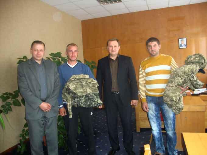 Кошти на одяг для бійців виділяє підприємець, а видає подарунки голова РДА з партійцями БПП