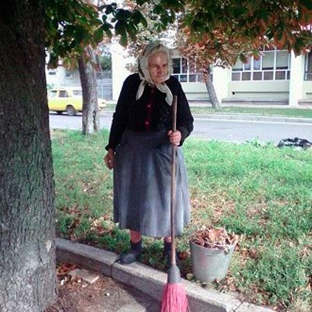 У Черкасах 81-річна бабуся прибирає біля кінотеатру, щоб допомогти родині