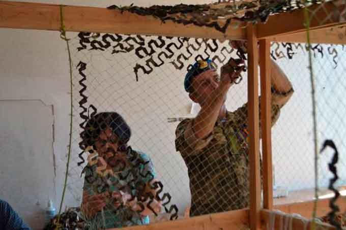 Волонтери без вихідних працюють над маскуванням для АТОвців