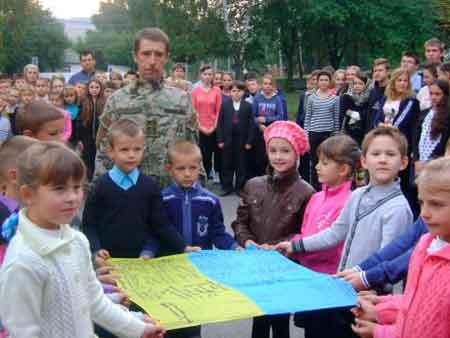 Військовий священник з Черкащини вручив школярам бойовий прапор