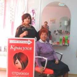 До свят у Монастирищі пенсіонерам безкоштовно робили зачіски