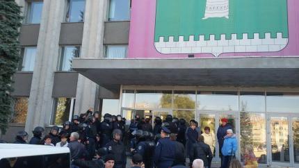 У Смілі заблокували вхід до місцевої ТВК (фото)