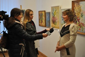 Сільська художниця представила виставку картин в обласному музеї