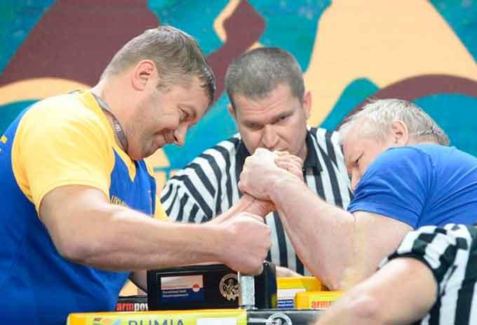 Черкащанин Володимир Дорошенко (на фото ліворуч) став найсильнішим у світі серед спортсменів з ураженням опорно-рухового апарату.