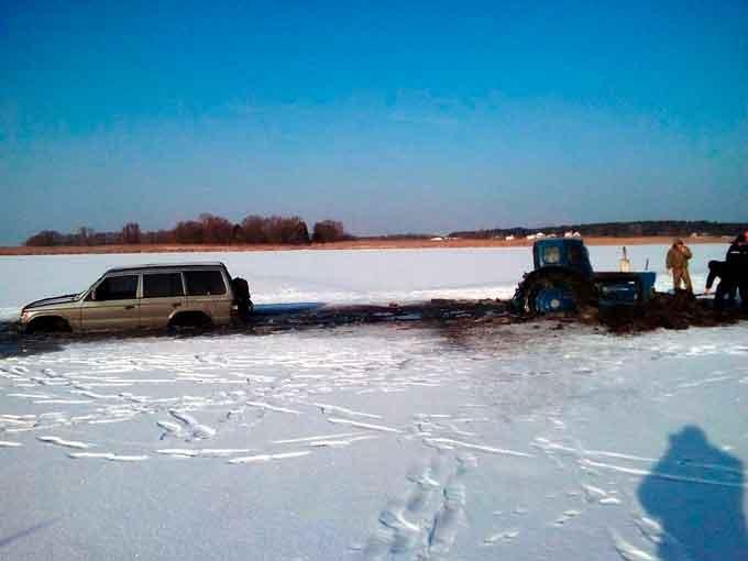 В Золотоніському районі рятувальники витягли з льодової пастки два транспортних засоби