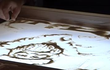 Черкаський художник перетворює звичайний пісок на витвір мистецтва (відео)