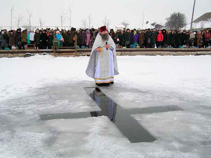 «Нырять в прорубь на Крещение — это просто традиция. Не стоит искать в ней религиозный смысл» — комментирует священник