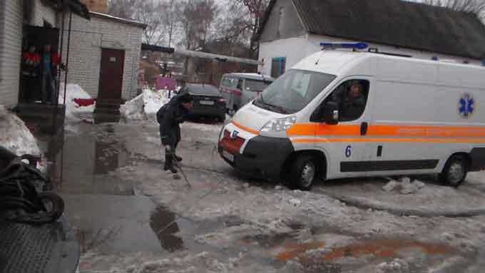 В Золотоноші машина швидкої допомоги провалилась в люк (відео)