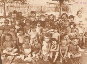До войны Александра Шулежко работала воспитательницей в детском саду. Эта работа досталась ей с трудом, ведь с 1937 года она была женой врага народа — ее мужа, православного священника, репрессировали и выслали в сталинские лагеря. Три года она перебивалась случайными заработками и только накануне войны смогла найти постоянное место воспитательницы в детсаду. О том, какой замечательной воспитательницей была эта женщина, свидетельствует экспонат областного краеведческого музея. Он, кстати совсем недавно появился здесь. Хорошо сохранившуюся фотографию 1940 года принесла в музей бывшая воспитанница Александры Шулежко — черкасщанка Светлана Петровна Иванец. На пожелтевшем довоенном фото детишки в саду со своей воспитательницей