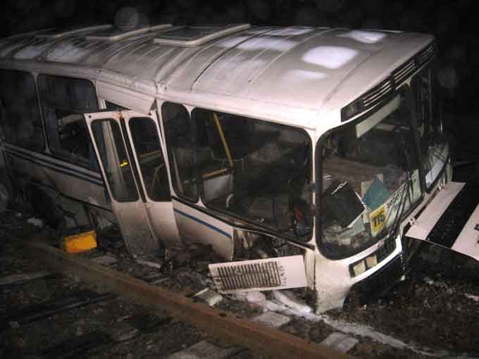 Біля Золотоноші автобус застряг на залізничній колії (фото, відео)