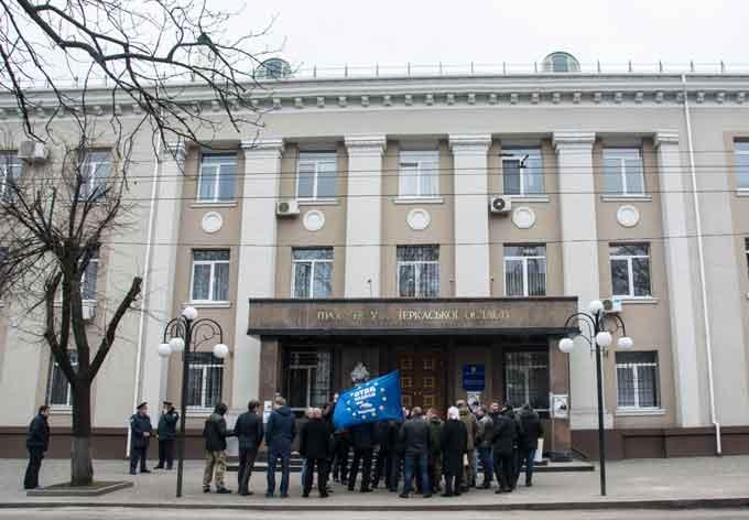 Під обласною прокуратурою у Черкасах вимагали відставки Шокіна