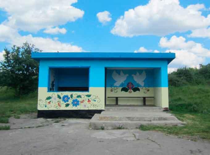 На Уманщині здійснюють естетичне оформлення автобусних зупинок