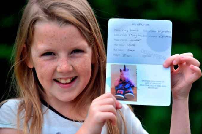 Подорожуючи з батьками, 9-річна Емілі Харріс (Emily Harris) змогла пройти контроль за паспортом, який вона зробила для свого іграшкового єдинорога.
