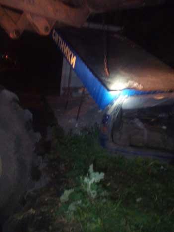 «Жигулі» в'їхали в автобусну зупинку та були поховані під уламками