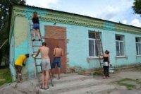 Волонтери Всеукраїнської громадської організації «HELP AND TRAVEL» пофарбували зовнішній фасад Леськівського Будинку культури