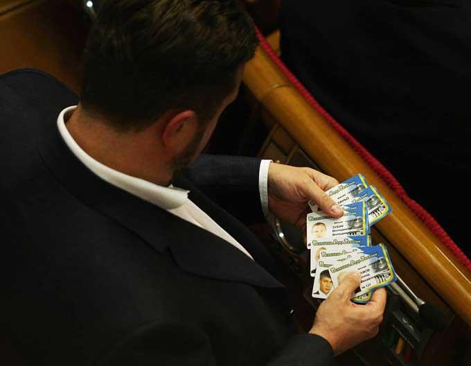 """Нардепа з Черкащини """"зловили"""" в Раді з """"віялом"""" чужих карток для голосування (фотофакт)"""