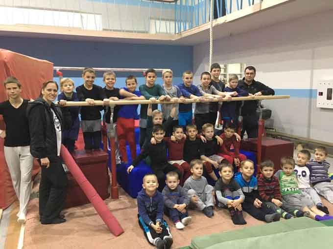 Андрій Більда вручив черкаським гімнастам нові жердини для брусів