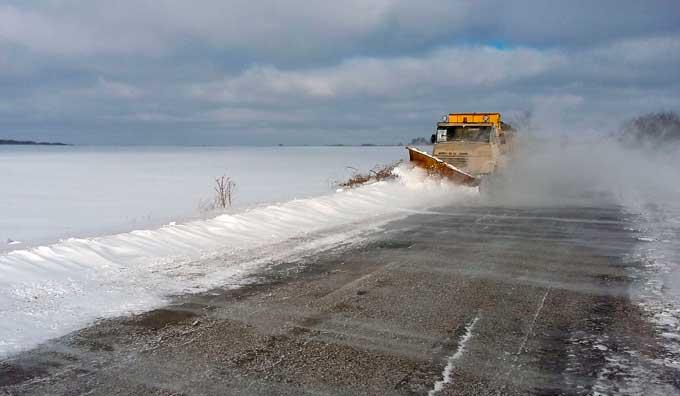 На Черкащині за добу автодорожники очистили від снігу майже 900 км автодоріг