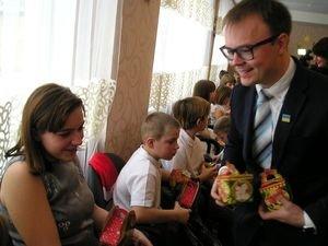 До Дня Святого Миколая вихованці «Теплого дому» отримали подарунки та бібліотечку пізнавальних книг